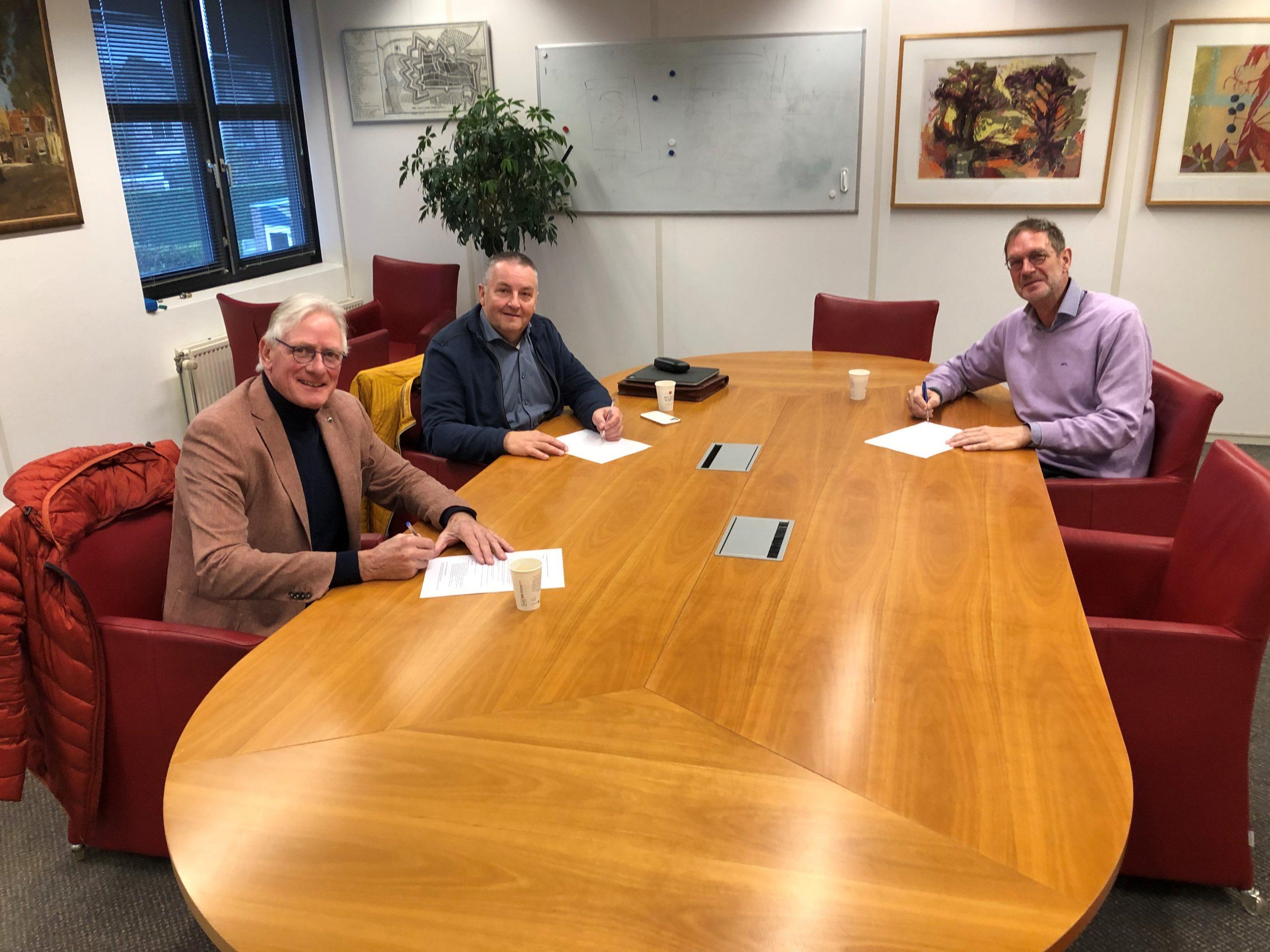 Foto ondertekening uitvoeringsovereenkomst BIZ 2020 11 30 scaled